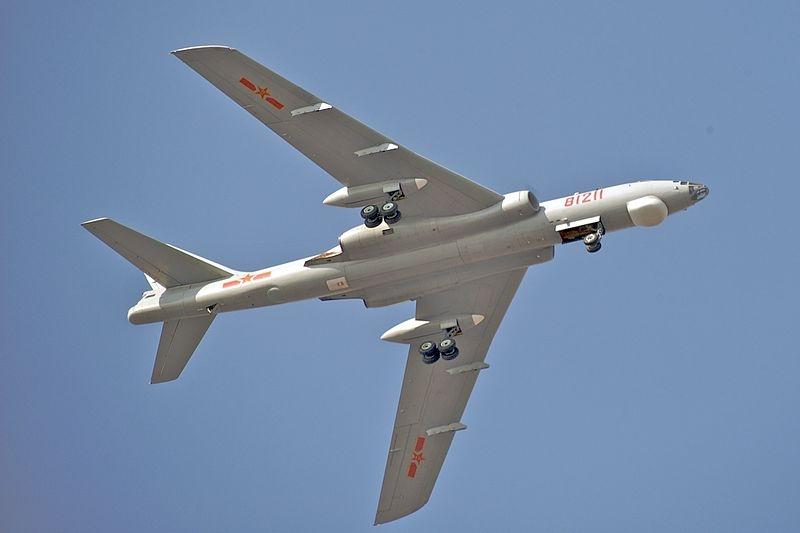 台灣國防部表示,中共兩架轟6K型機4月18日下午穿越宮古水道進入西太平洋,經巴士海峽後飛返原駐地,進行遠海長航訓練活動。圖為轟6M戰機。(維基共享資源;作者Kevin McGill,CC BY-SA 2.0)