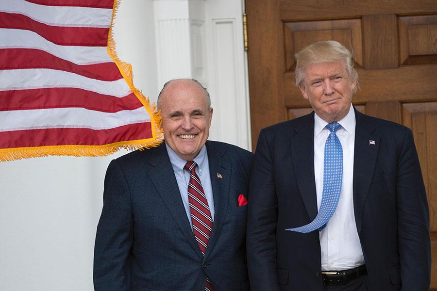 前紐約市長朱利亞尼(左)2016年11月20日與剛當選的美國總統特朗普在新澤西州的特朗普國家高爾夫球俱樂部前。(DON EMMERT/AFP/Getty Images)
