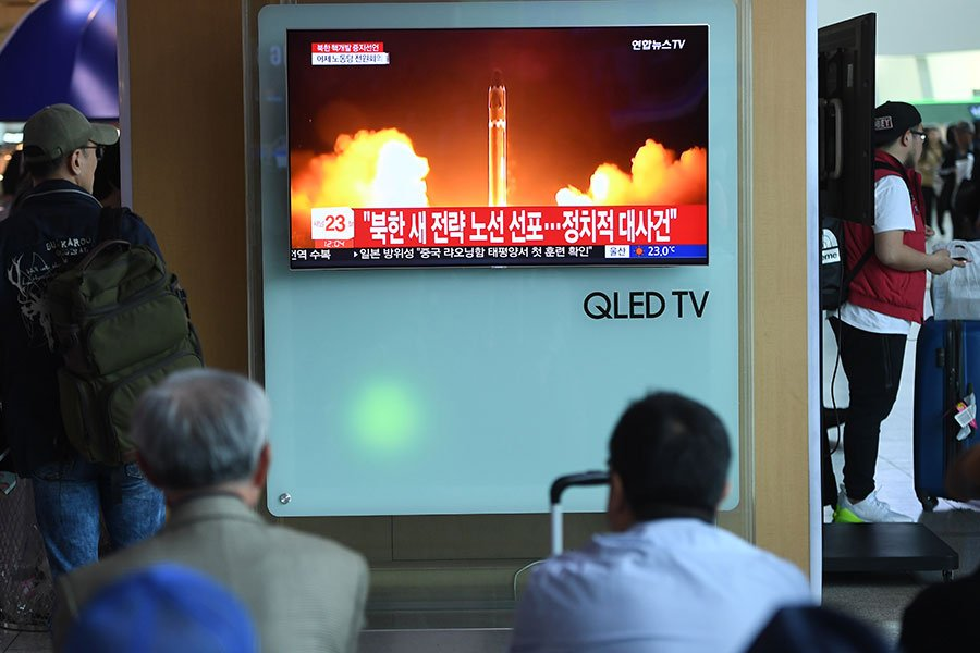 北韓突然威脅要取消特金會,專家們分析,特金會臨近,北韓是為了提高談判力,並非真想取消特金會。圖為南韓民眾2016年9月9日觀看北韓進行第五次核子試驗報道。(Jung Yeon-Je/Getty Images)