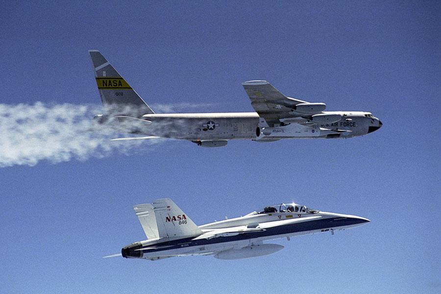 圖為2004年3月27日,美國太空總署的B-52B發射機在太平洋上空發射第二架X-43A超音速研究飛機(上方飛機),隨後追逐F-18(下方飛機)。X-43A超音速飛機的速度高達7馬赫。(Tom Tschida/Nasa Photo via Getty Images)