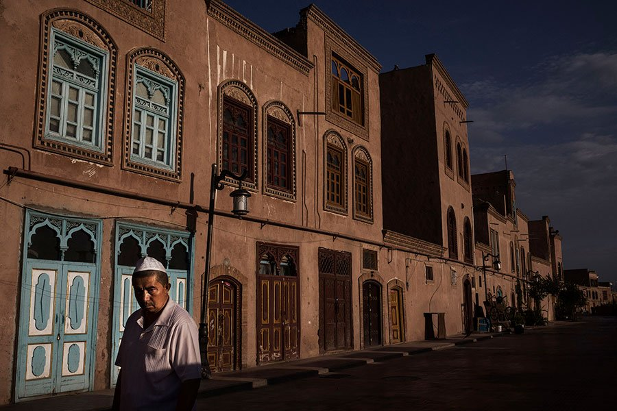 近兩年來,新疆維吾爾人遭到中共警方大量抓捕。(Kevin Frayer/Getty Images)