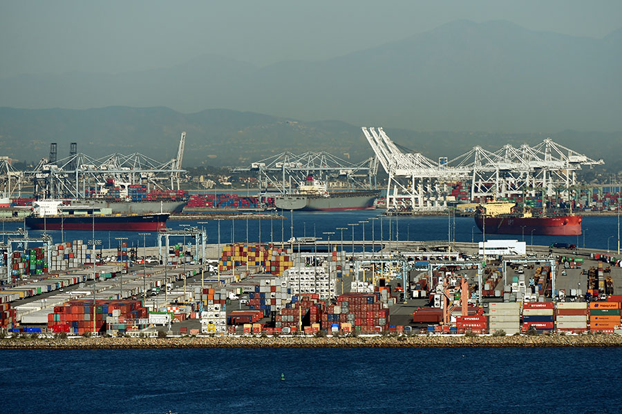 長灘港是美國最大的進口貨物門戶之一,也是美國為數不多的幾乎全自動化碼頭之一,可以處理一些最大型的貨輪。(維基百科公有領域)