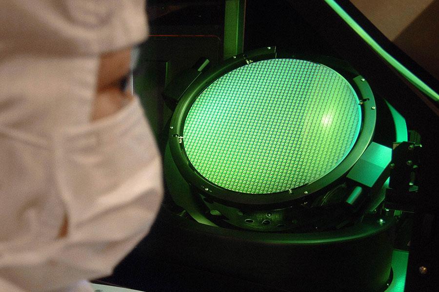 台灣聯華微電子公司的一名工程師在檢查12英吋晶元。聯華微電子公司是台灣第一家半導體公司,目前是世界上重要的晶圓代工企業之一。(AFP/Getty Images)