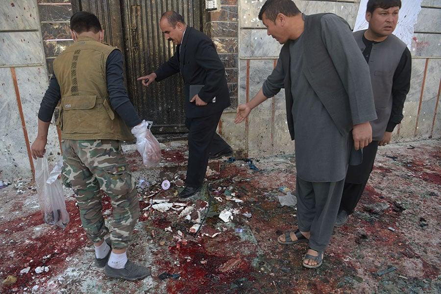 2018年4月22日,阿富汗首都喀布爾的選民中心遭到自殺炸彈攻擊,造成31人死亡、54人受傷。(SHAH MARAI/AFP/Getty Images)