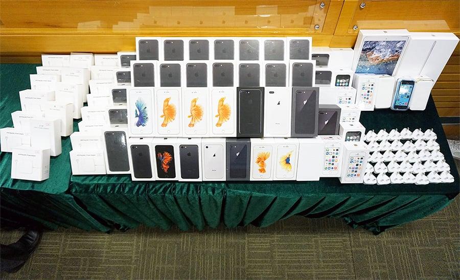 海關檢市值150萬冒牌電話及配件拘19人