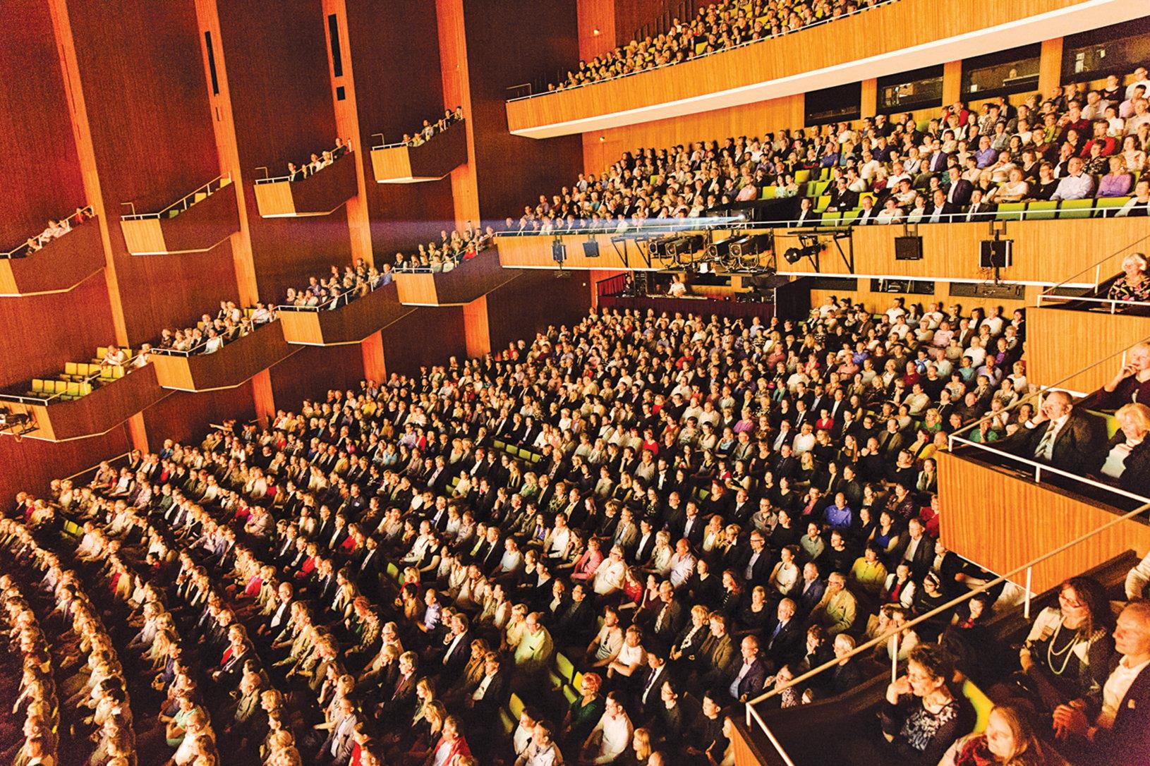 神韻紐約藝術團4 月9 日在柏林德意志音樂劇院的首場演出大爆滿。(Mathias Kehrein/大紀元)