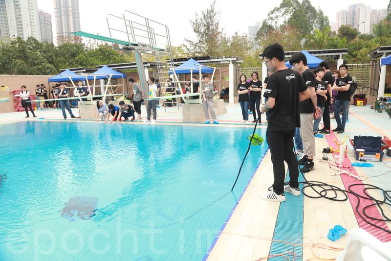 科大機械人團隊EPOXSEA分隊第8度在香港水底機械人挑戰賽,贏得大專組冠軍。圖為團隊比賽情況。(陳仲明/大紀元)