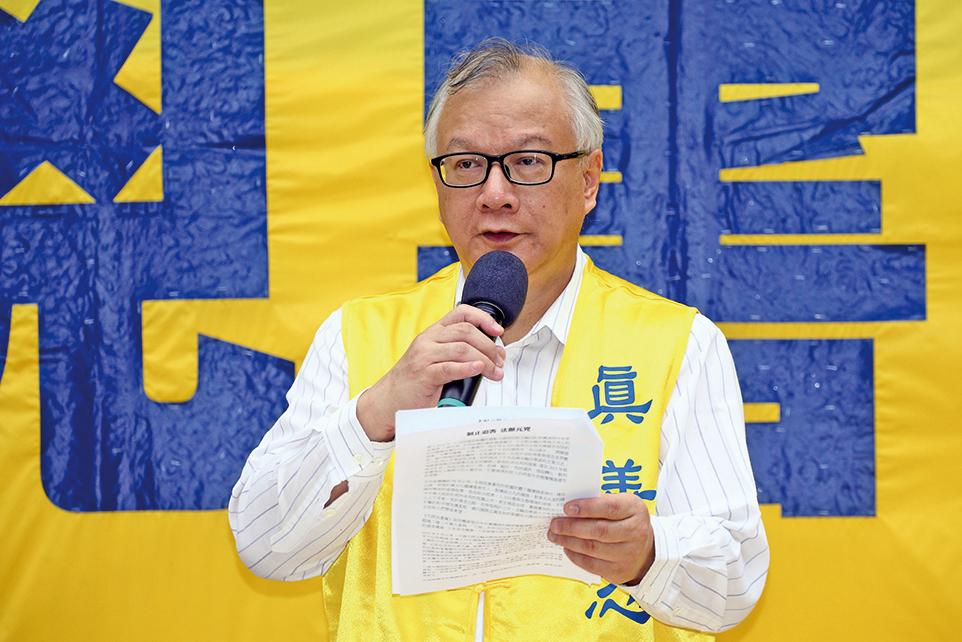 香港法輪佛學會發言人簡鴻章表示,梁振英上台以來配合中共江澤民集團亂港,策動特務團夥長期侵擾法輪功真相點。圖為簡鴻章在法輪功學員反迫害的集會上發言。(明慧網)