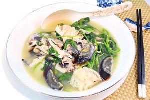 【梁廚美食】鱈魚頭滾皮蛋芫荽湯