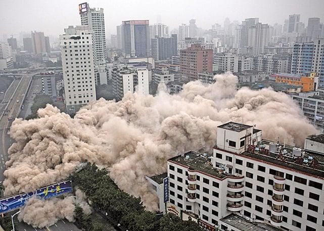 海南的發展一波三折,1990年代經歷地產泡沫爛尾潮。圖為海口市拆除一建築。(Getty Images)