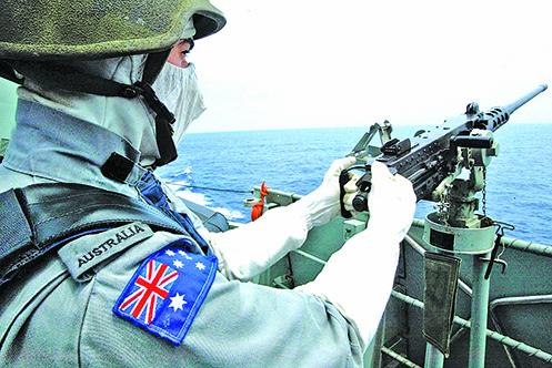 澳大利亞皇家海軍士兵在南中國海參加軍事演習的資料照。(AFP)