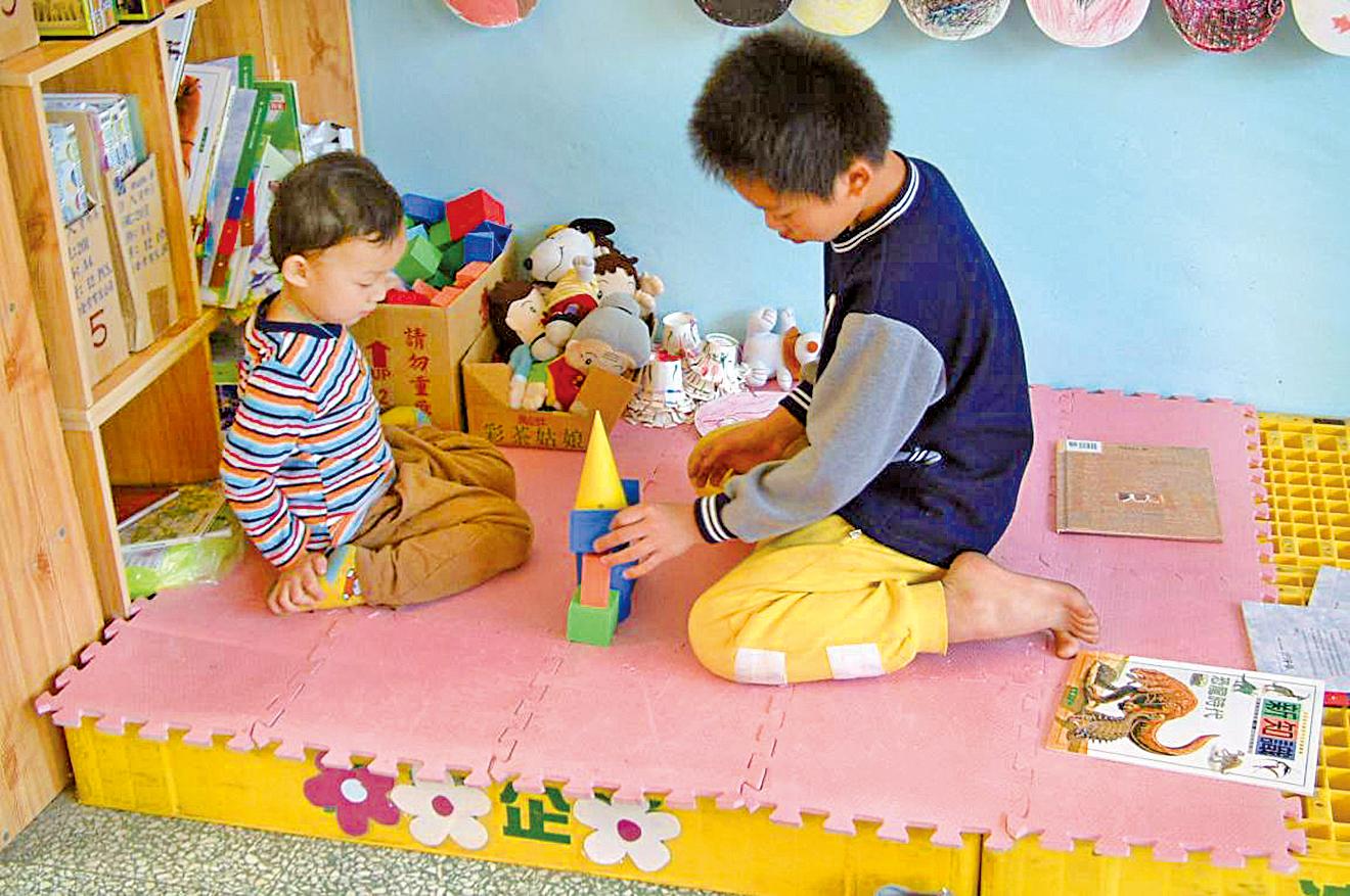 面對孩子之間爭奪玩具的問題,家長應該如何處理?一般家長在「執法者」與「旁觀者」之間掙扎,甚至變成兩家人之間的衝突。家庭教育專家告訴你,教會孩子分享玩具,才是最佳方案!  家庭教育哲學博士/路易  三歲的小美跟玲玲是鄰居,兩個人相處得極好,平時兩家人也互相往來,假日時常常讓孩子玩在一起。  這一天,小美到玲玲家玩,玲玲正好拿著她的新公仔開心地替公仔打扮著。小美伸手就搶公仔,她說:「我也要玩!」玲玲緊抓著公仔不放,大喊:「這是我的!」小美流下眼淚,哭哭啼啼的找媽媽去。小美的媽媽忙著安撫小美,一邊說著:「不哭、不哭,我們等一下也去買一個。」  玲玲的媽媽則是一臉尷尬,大聲斥責玲玲:「就給她玩一下吧,妳看她哭得多傷心。你要是不借給她,當心我處罰你囉!」嚇得玲玲眼淚也流下來了,一邊哭一邊心不甘情不願地把她的新公仔遞給小美。  這樣的情景對許多家有三歲孩童的父母來說,也許不覺得陌生。兩方家長在面對這樣的情況,常常會覺得對對方不好意思,有的家長就處罰不願分享玩具的一方;有的家長會中途介入,硬是要求孩子輪流玩,像是:「一人玩兩分鐘,大家都可以玩。」然後家長像是個公平的執法者,時間一到就要孩子把玩具交給對方玩。  有的家長覺得孩子搶玩具是個難題,不知道該如何處理,索性就放著孩子哭鬧,不去管他們;有的家長感到陷入兩難的窘境:一來覺得這是個好機會教育孩子體貼他人,學著分享玩具;一來又不想剝奪孩子擁有玩具的權利,勉強孩子做他不願意做的事情。究竟該怎麼做才是兩全其美的解決方法呢?  處理玩具衝突非難題  其實,一般家長們多半有不同的方式處理小孩搶玩具的衝突,但是要如何把握這樣的機會教孩子學會「分享」玩具呢?首先,家長們要了解對於三歲小孩而言,不願意分享玩具是正常的行為,因為搶玩具而哭鬧也是再平常不過的事了。小孩子不是天生就懂得分享玩具,而是需要大人的教導。  前段故事中,小美的媽媽藉著說等一會要去買一個新玩具給她,並不是很恰當的說法,因為一來會使得玲玲的媽媽感到尷尬,再者會使孩子以為哭鬧就能得到新玩具。玲玲的媽媽用恐嚇強迫的方式,要求玲玲分享玩具,也不是理想的處理方法。因為這會使得玲玲感受到不被尊重,也感受不到分享的真正快樂。雖然玲玲的媽媽試著要玲玲「看」到小美的傷心,但是玲玲的媽媽卻忽略了玲玲本身的感受。  如果小美的媽媽可以跟玲玲的媽媽一起處理這件事,可以「化危機為轉機」,使兩家孩子都學到一些社交禮節。譬如說,先指出他們的行為舉止是完全合理,可以被大人了解,但卻不是被大人鼓勵的行為,然後用小孩可以理解的語詞,說出為甚麼這樣的行為是不被鼓勵的。  譬如媽媽可以對玲玲說:「小美是我們的客人,你覺得對客人大吼大叫是有禮貌的嗎?」或者是說:「如果你去小美家,你希望小美這樣對待你嗎?」小美的媽媽可以說:「那是玲玲的玩具,我們可以問一下玲玲肯不肯借我們玩一會兒。」或者是說:「小美,我知道你很想玩那個公仔,可是用搶的或者是哭哭啼啼的要,都不是借公仔玩的好方法。」  然後,小美跟玲玲的媽媽可以和孩子們一起想一想解決方法,提出解決的方案,譬如說:「如果我們輪流玩一會兒這個公仔,妳們覺得怎麼樣?」或是「讓我們一起看看玩具箱裏還有甚麼可以分享、可以一起玩的,好不好?」接下來,要讓兩方的小孩子選擇他們共同喜歡的解決方案,家長要站在輔導的立場,教育孩子尊重自己的決定、體諒對方的心情,也珍惜同伴一起分享、一起玩的時間。  「分享」方為最佳方案  美國「兒童」雜誌中提到一個很好的方法來教導孩子在小客人來訪時分享玩具,並尊重孩子有權不分享他想要獨享的玩具。這方法是這樣的︰在確知家中即將會有小訪客之前,提前跟孩子談一談,讓小孩事先決定好哪些玩具是他願意跟別的小朋友分享,允許他事先將他最珍視的幾樣玩具收起來,不去分享。這樣一來,當小客人來訪時,應該就不存在因為不願分享玩具而爭吵的風險了。那麼,如果在揀選可以分享的玩具過程中,孩子想把所有的玩具都收起來,一點也不願意分享時,家長可以跟他談:「如果你去某某某家中,發現一個玩具也沒有,你一定會很傷心,覺得不好玩吧?」藉此讓孩子理解適當的待友之道。  「分享」是一個重要的社交行為,但是要讓孩子學會分享玩具,父母一定要站在積極的立場教育孩子。放任孩子的行為,或是不去處理搶玩具的爭執,孩子很難學會如何分享。同理孩子的心情,提供孩子具體的步驟,可以有效的教會孩子分享玩具。但是父母也不要以為教過一次之後,小孩子就會一直記得如何「分享」,以為可以「一勞永逸,不需要一再教導」,這是不實際的想法。  三歲的孩子需要反復教導,耳提面命,而且需要有機會練習他們從父母的教導中學來的經驗。教孩子分享玩具是品德教育的第一步,如此一來,要養成一個懂得分享,慷慨大方的孩子,就指日可待了。◇