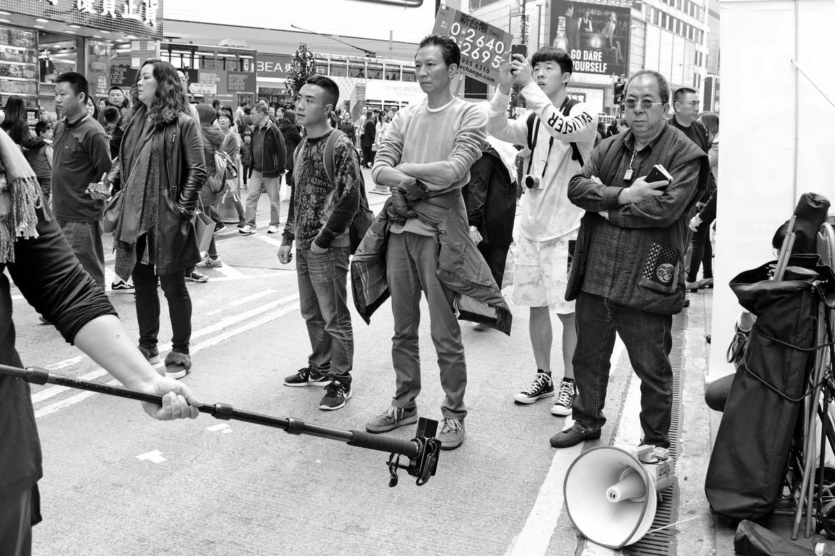 青關會頭目林國安(右一)、陳進寶(右三灰衣者)、(左二)肖小容1月在銅鑼灣滋擾現場。(大紀元資料圖片)