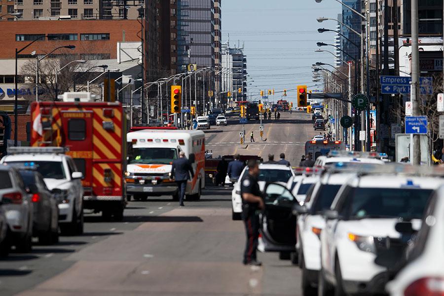 加拿大多倫多上周發生一輛廂型車沿路衝撞行人的襲擊事件,造成重大傷亡。(Cole Burston/Getty Images)