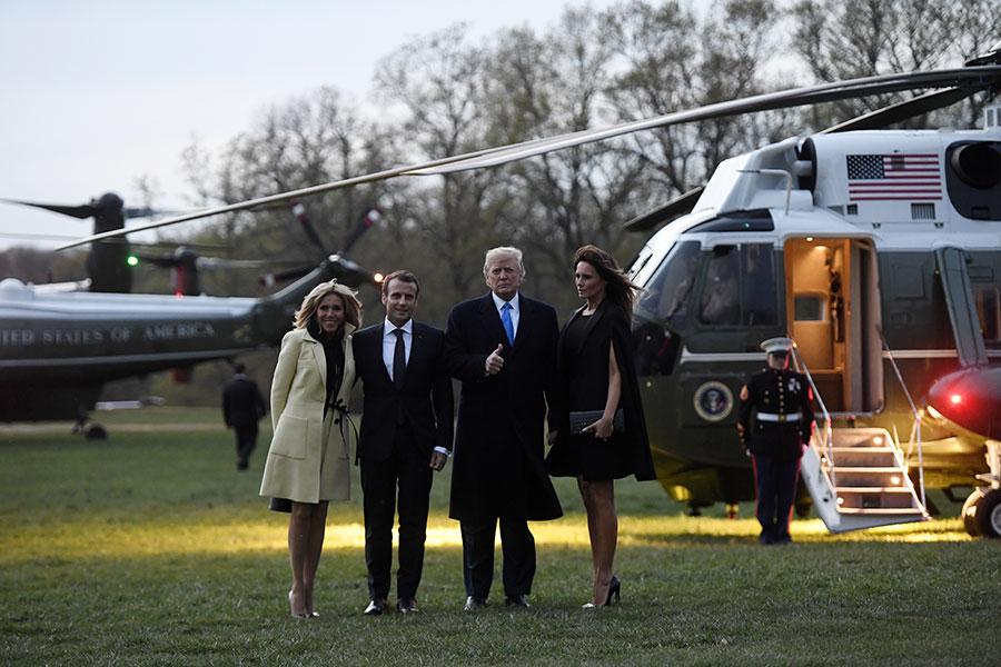 特朗普夫婦和馬克龍夫婦搭機前往維農山莊。(AFP PHOTO/SAUL LOEB)