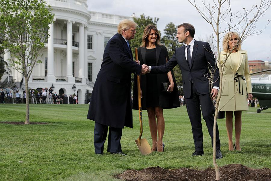 法國總統馬克龍夫婦在美國總統特朗普夫婦的陪同下,在白宮南草坪上種了一棵樹。(Chip Somodevilla/Getty Images)