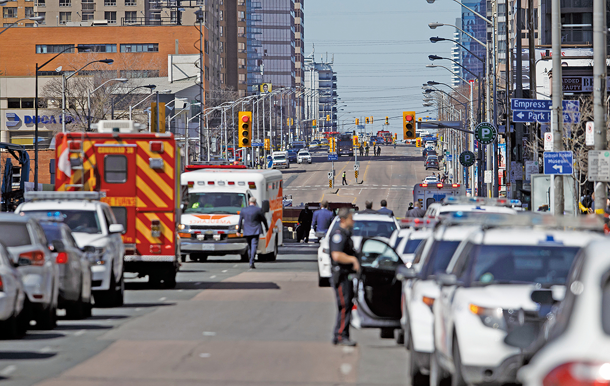 加拿大多倫多警方表示,周一(4月23日)下午當地發生白色麵包車撞行人事件,已知多人受傷,疑犯落網。(Getty Images)