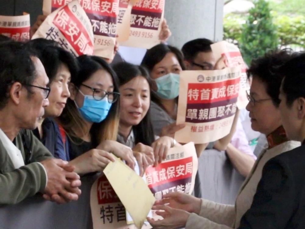 追查國際特派員昨日向林鄭月娥親自遞信,呼籲港府制止青關會亂港,確保香港的言論自由和信仰自由不被踐踏。(大紀元)