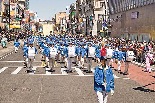 4月22日,紐約法輪功學員舉行盛大遊行集會紀念「4.25」。(戴兵/大紀元)