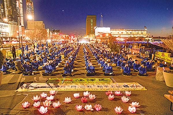 4月22日,紐約法輪功學員在紐約中領館前舉行燭光悼念。(戴兵/大紀元)