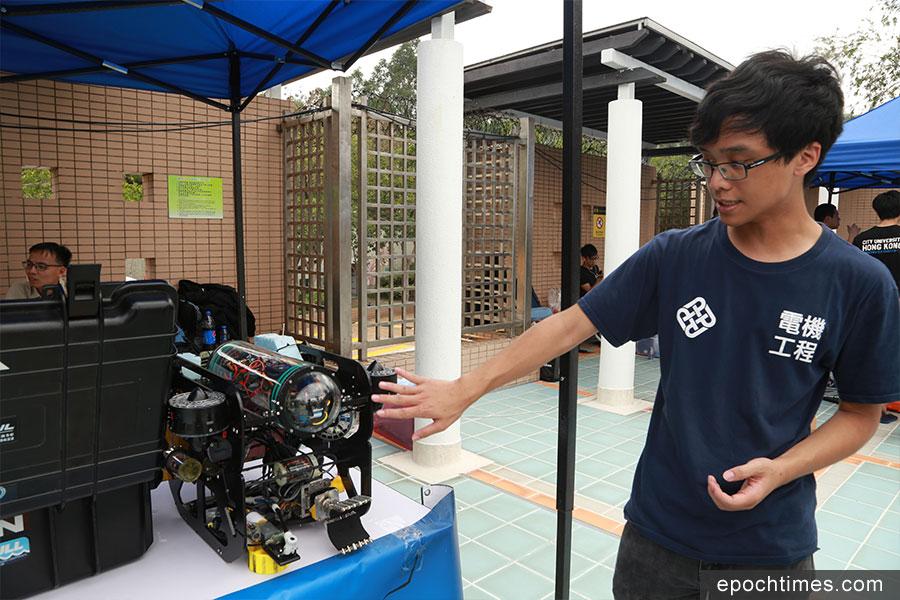 香港理工大學參賽隊伍Upstream隊長陳繼森介紹其水底機械人的特性。(陳仲明/大紀元)