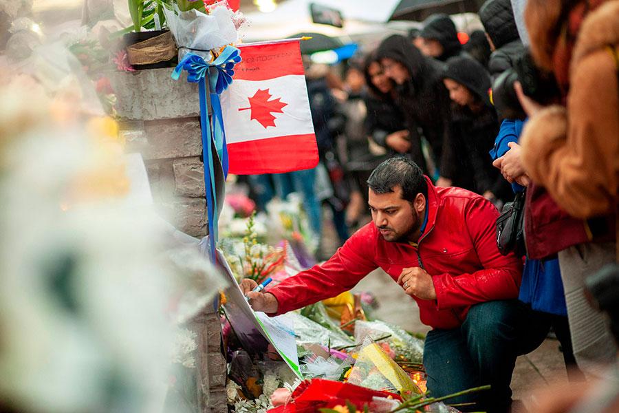 圖為4月24日,當地民眾到加拿大多倫多汽車撞人現場悼念死難者。(GEOFF ROBINS/AFP/Getty Images)