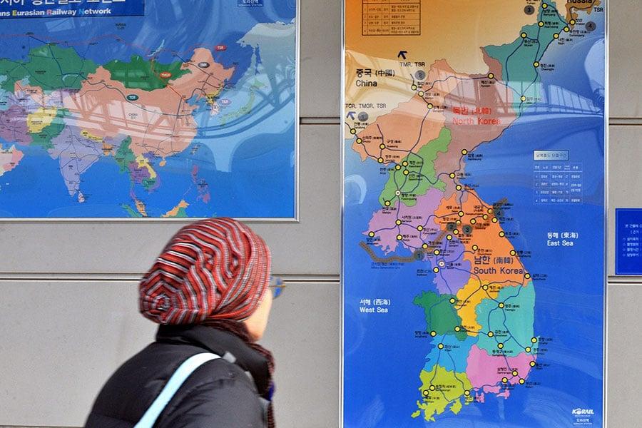 北韓領導人金正恩本周與中國國家主席習近平在大連會面。距離上次會面僅40天,二人兩度會面,凸顯情況緊急。為何趕在這個時候會面?中朝在這個時候各打甚麼算盤,專家各有解讀。(JUNG YEON-JE/AFP/Getty Images)