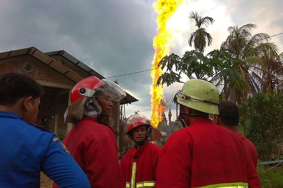 2018年4月25日,消防人員在印尼亞齊省Peureulak的一口油井附近滅火。(ILYAS ISMAIL/AFP/Getty Images)