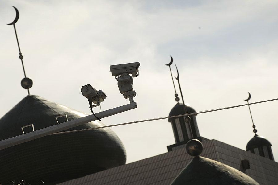 烏魯木齊到處是監視攝像頭。(PETER PARKS/AFP/Getty Images)