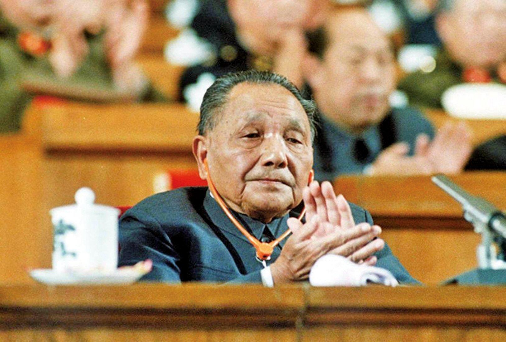 1985年,鄧小平在軍委會議上再斥「軍隊臃腫」之弊,尤其針對軍委機關即各總部,稱「這樣龐大的機關,不要說指揮打仗,跑反都跑不贏」。但該言論遭到中共的篡改。(AFP)