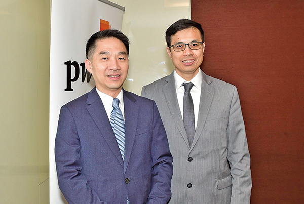羅兵咸永道中國金融服務部主管合夥人譚文傑(左)和梁國威(右)(大紀元/郭威利)