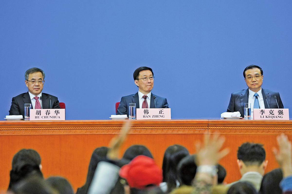 中共國務院系統中,韓正(圖中)處於總理李克強與副總理胡春華、劉鶴的夾擊之中。(Getty Images)