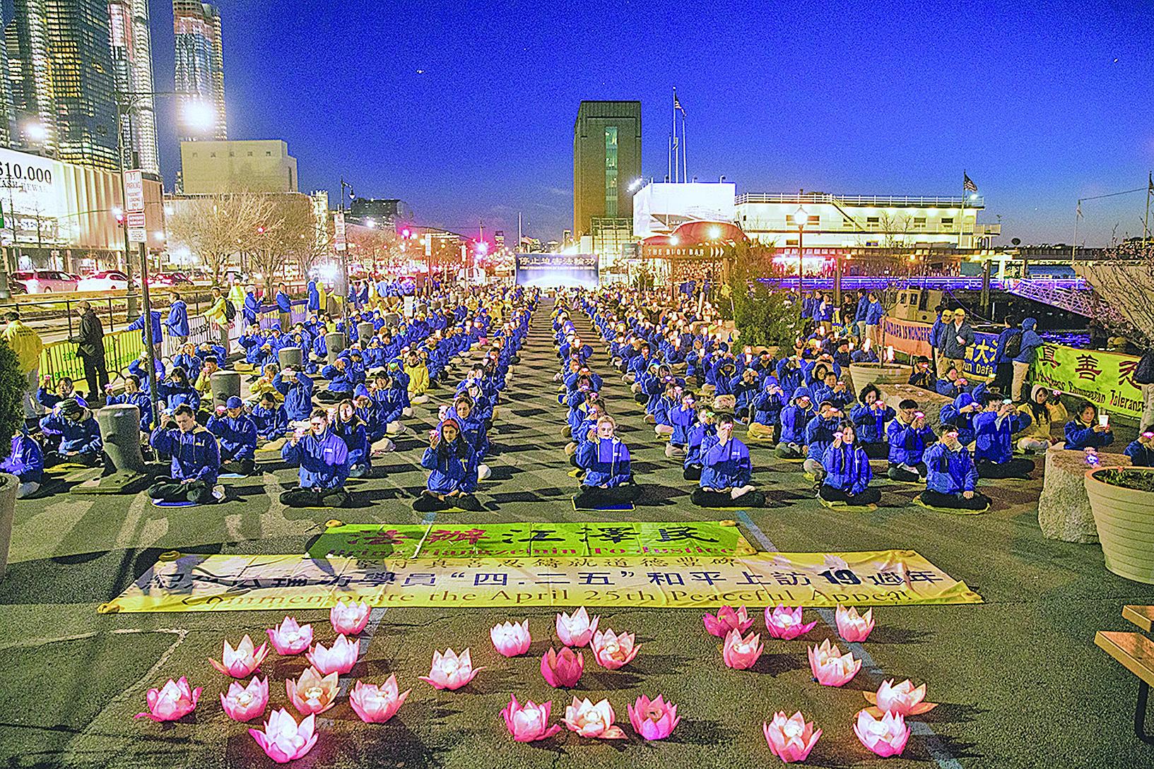 2018年4月22日,紐約法輪功學員在紐約中領館前舉行燭光悼念,紀念「4‧25」法輪功和平上訪十九周年。(戴兵/大紀元)