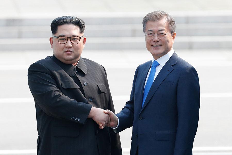 今日早上,南韓總統文在寅和北韓領導人金正恩在兩韓非軍事區(DMZ)進行歷史性會面,試圖結束長達數十年的衝突,並緩解北韓核武計劃的緊張局勢。兩名領導人歷史性握手。(Korea Summit Press Pool/Getty Images)
