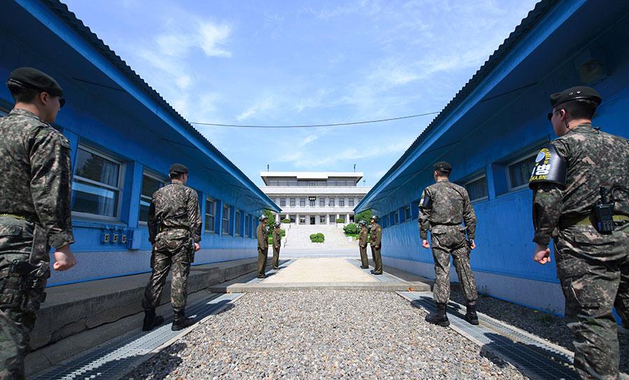 南韓當地時間周五上午文金會登場,兩韓兩國能否打破敵對關係,以及達成半島無核化目標備受矚目。圖為文金會舉行地點板門店,前方為南韓士兵,後方為北韓士兵。(AFP/Getty Images)