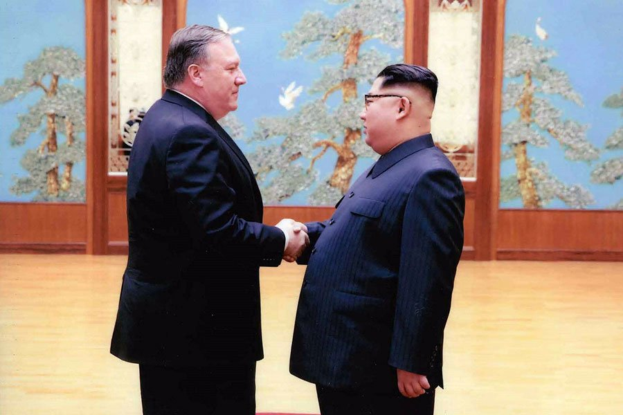 美國白宮近日公佈了新國務卿蓬佩奧與金正恩的握手照。(The White House via Getty Images)