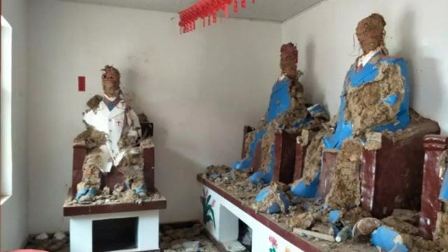 河南民眾砸毛澤東塑像 十幾塑像被砸體無完膚
