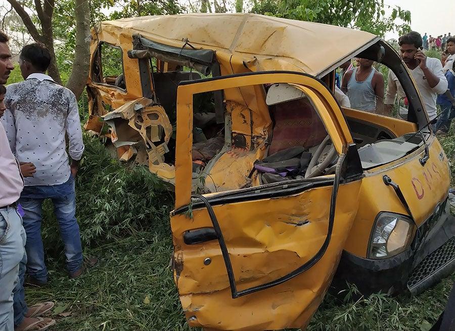 印度北方邦庫錫納格於4月26日發生一宗重大車禍,一列火車撞上橫在鐵軌上的校車,造成13名學童當場死亡、8名學童受傷送醫。(AFP/Getty Images)