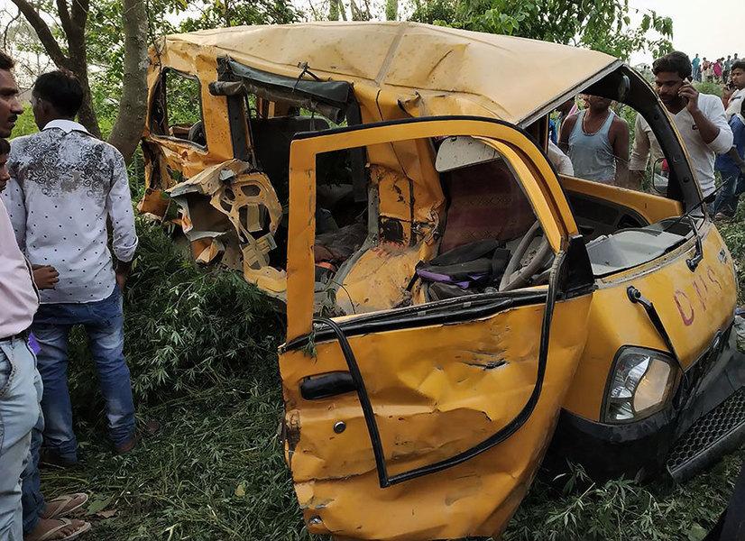 印度火車撞校車 13名學童當場慘死
