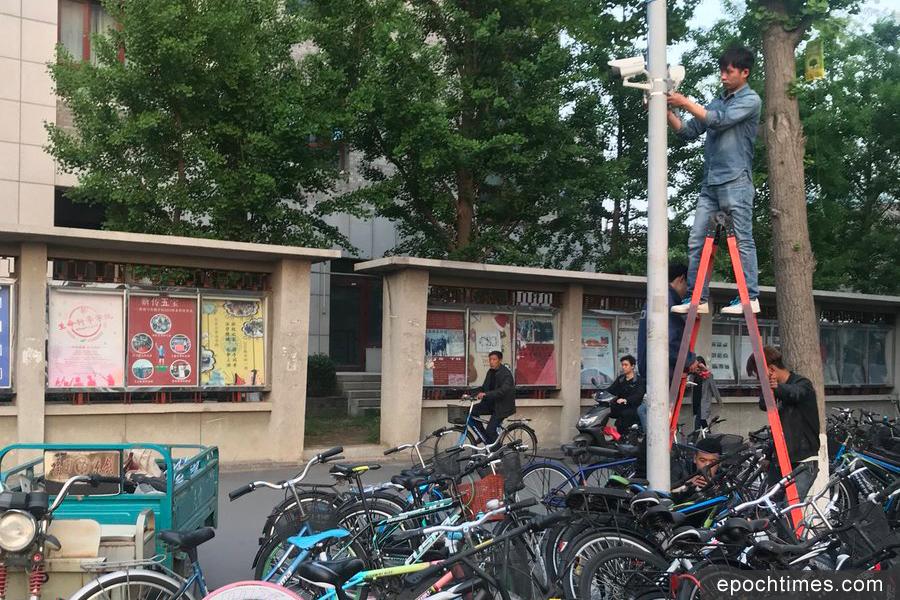 北大為了防備學生在「三角地」貼大字報,連日在布告欄前面安裝了監視器。(推特圖片)