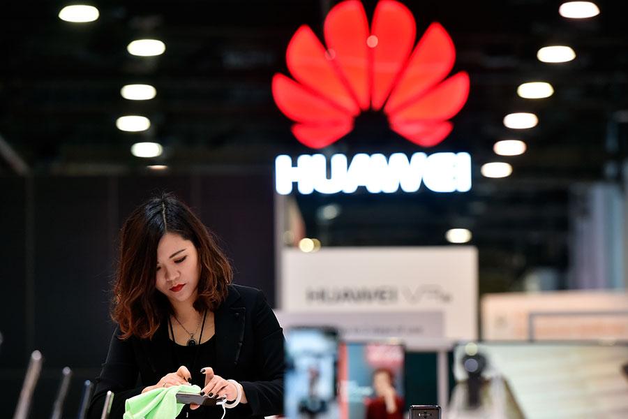 圖為華為在CES 2018展覽場上的攤位。(David Becker/Getty Images)