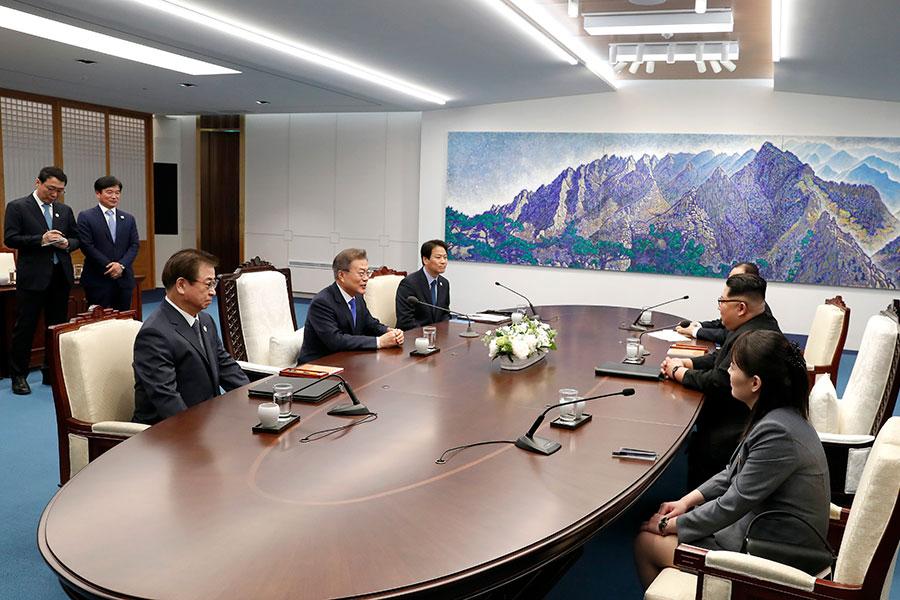 兩韓元首峰會周五(4月27日)在板門店登場,備受全球媒體的關注。但南韓通信標準委員會(KCSC)卻呼籲媒體要按官方所公佈的資訊報道,引發韓媒的不滿,指責這是「箝制言論」的行為。(KOREA SUMMIT PRESS POOL/AFP/Getty Images)