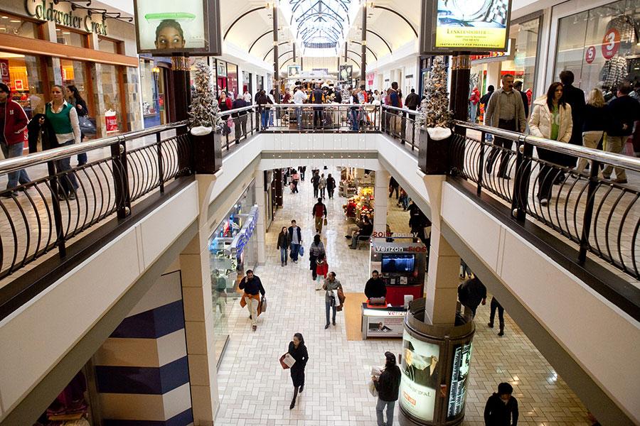 美國非營利研究機構的數據顯示,4月份美國消費者信心指數比3月份增長1.7個百分點,達到128.7,接近18年來峰值。從總體看,消費者對美國經濟的信心達到18年來最好水平。圖為美國維吉尼亞州MCLEAN市的泰森購物中心。(Brendan Hoffman/Getty Images)