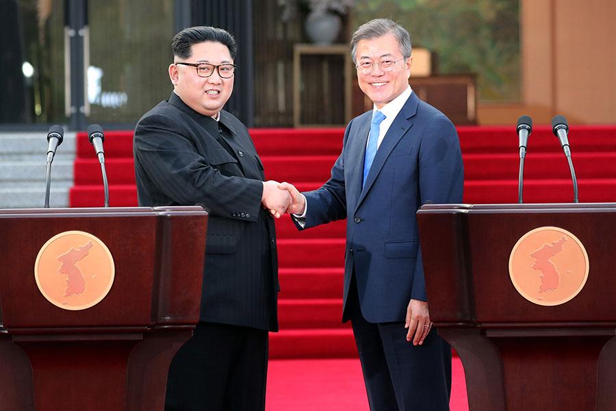 周五(4月27日),兩韓首腦峰會在板門店的「和平之家」舉行。會談結束後,雙方簽署了《板門店宣言》。宣言稱,兩韓兩國力求今年宣佈結束「戰爭」狀態。雙方承諾為實現無核化努力。(Korea Summit Press Pool/Getty Images)