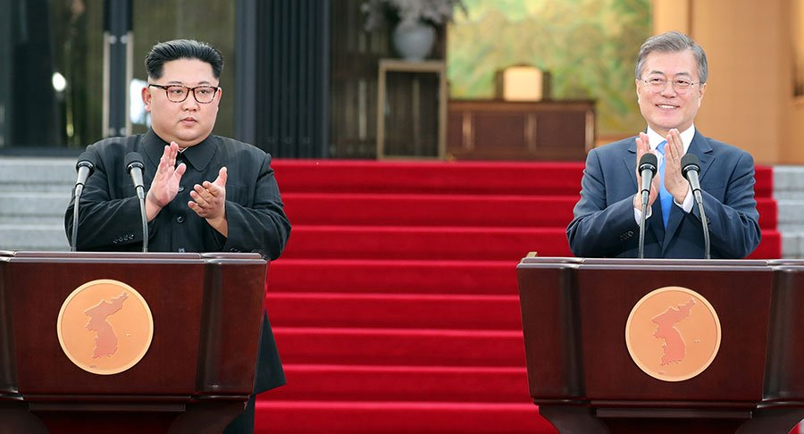 在周五(4月27日)舉行的兩韓首腦峰會上,文在寅和金正恩簽署了聯合宣言,同意力求今年內宣佈結束南北韓「戰爭」,並將會共同致力於實現朝鮮半島「完全無核化」。對此,美日發表謹慎樂觀態度。(Korea Summit Press Pool/Getty Images)