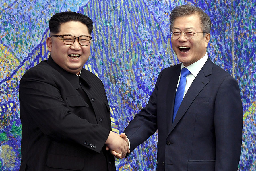 南韓總統文在寅與北韓領導人金正恩4月27日進行首腦會談,共同簽署了「板門店宣言」。(Korea Summit Press Pool/Getty Images)