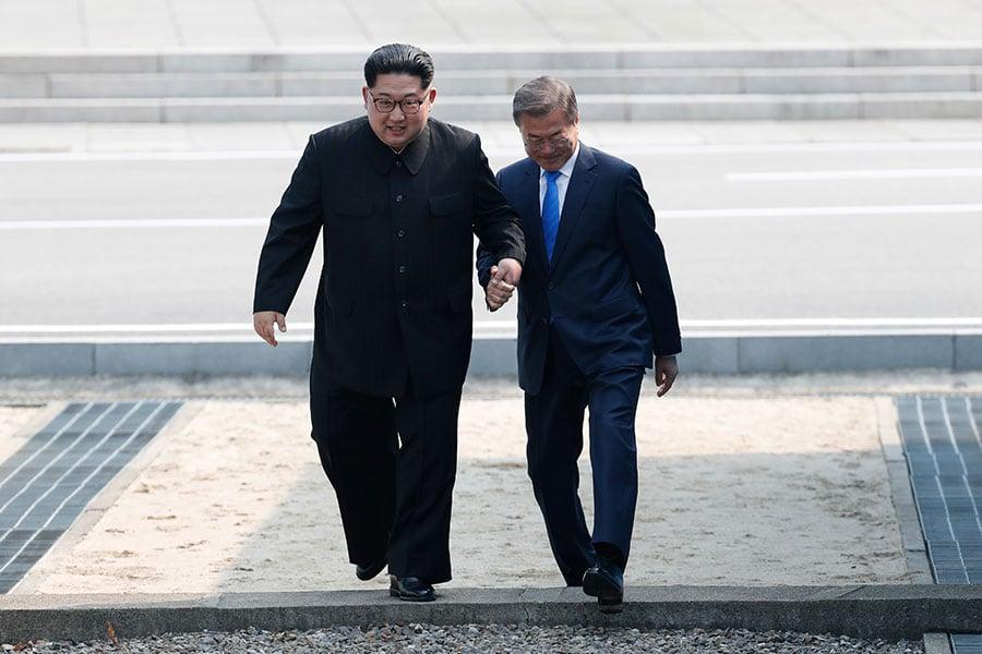 文在寅、金正恩兩人攜手跨過了軍事分界線,進入南韓領土。(Korea Summit Press Pool/Getty Images)
