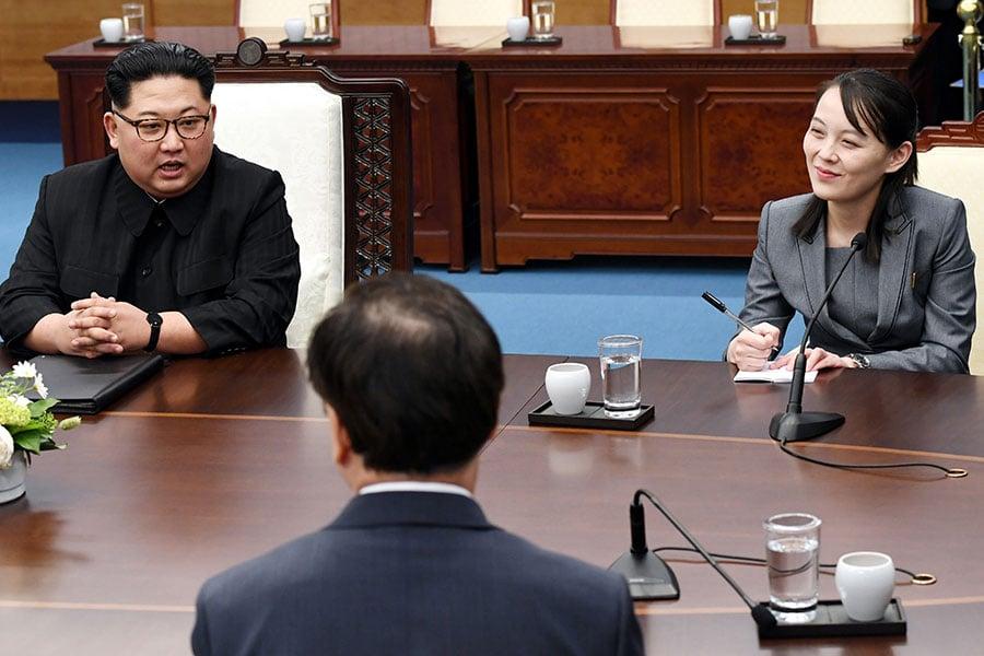 4月27日,兩韓首腦峰會在板門店的「和平之家」舉行。圖為金正恩(左)與金與正。(Pool/Getty Images)