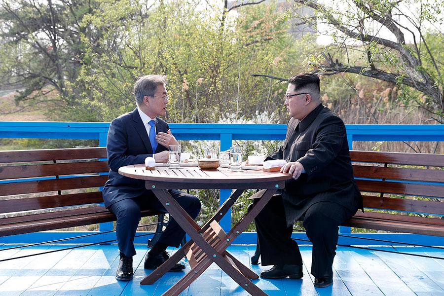 南韓總統文在寅和北韓領導人金正恩周五(27日)在板門店會面,簽署了聯合宣言。(Korea Summit Press Pool/Getty Images)