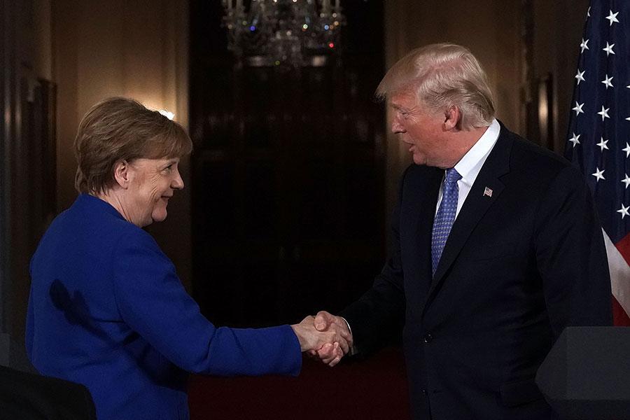 周五(4月27日),美國總統特朗普在和德國總理默克爾舉行記者會時表示,即使防止伊朗獲得核武的協議失效,也不允許伊朗建立核武庫。(Alex Wong/Getty Images)